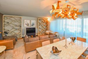 A seating area at Apartamento Astrolab