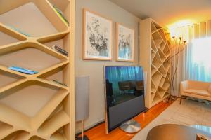 A television and/or entertainment center at Apartamento Astrolab