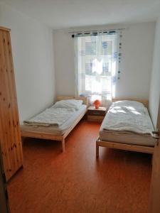 """Ein Bett oder Betten in einem Zimmer der Unterkunft Ferienwohnungen """"Am Fährberg"""""""