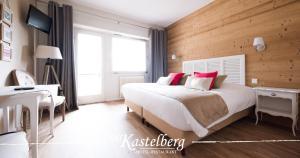 A bed or beds in a room at Hôtel Restaurant Kastelberg