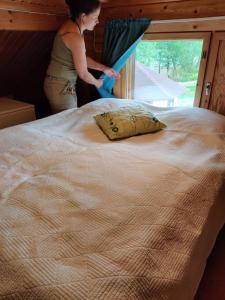 A bed or beds in a room at Kaijonselän mökit Kaita