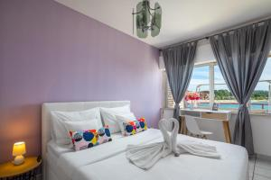 A bed or beds in a room at Apartments Villa Zrinka