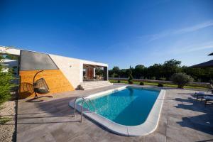 Bazén v ubytování Royal Green Villa nebo v jeho okolí