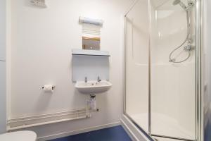 A bathroom at FSC Millport Hostel