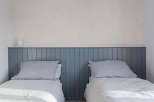 A bed or beds in a room at Station Road Apartments