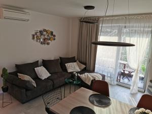 A seating area at Romana Dream apartment