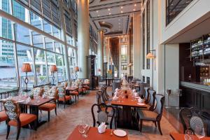 Ein Restaurant oder anderes Speiselokal in der Unterkunft The Fullerton Bay Hotel Singapore (SG Clean, Staycation Approved)