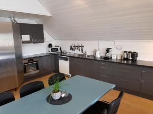 A kitchen or kitchenette at Utsira Overnatting - Sildaloftet