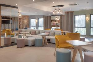 The lounge or bar area at Hampton by Hilton Corby
