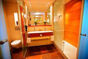 A bathroom at Parkhotel Flora am Schluchsee