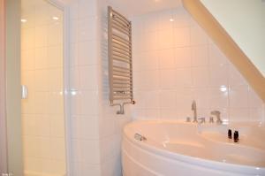 A bathroom at Hotel de Tabaksplant