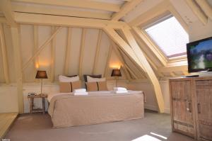 A bed or beds in a room at Hotel de Tabaksplant