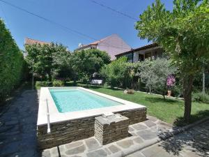 The swimming pool at or near O Ze Ja Dormiu Aqui