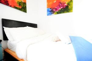 A bed or beds in a room at Astor Hyde Park Hostel