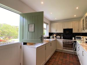 A kitchen or kitchenette at Tramway Cottages