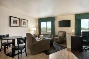 A seating area at Travelodge by Wyndham Livonia