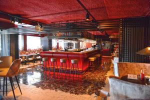 De lounge of bar bij Fletcher Wellness-Hotel Kamperduinen