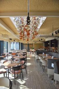 Een restaurant of ander eetgelegenheid bij Fletcher Wellness-Hotel Kamperduinen