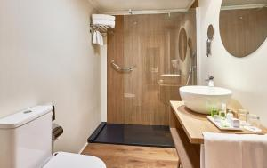 A bathroom at NH Córdoba Califa