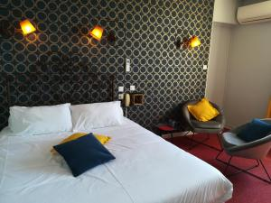 A bed or beds in a room at Le Régence