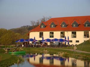 Der Swimmingpool an oder in der Nähe von Apartments Golfpark Schlossgut Sickendorf