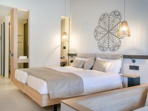 A bed or beds in a room at Pola Giverola Resort