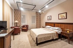 A bed or beds in a room at The Regent Club Hotel