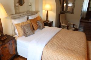 A bed or beds in a room at Hotel de Charme 'zum Schiff'