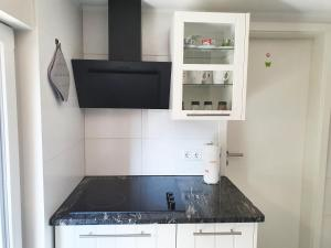 A kitchen or kitchenette at Fremdenzimmer - Petit Quartier