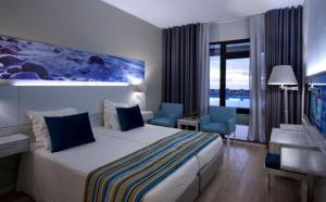 A bed or beds in a room at Estalagem do Mar
