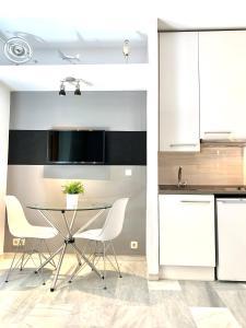 Una televisión o centro de entretenimiento en Apartamentos Puerta Del Sol