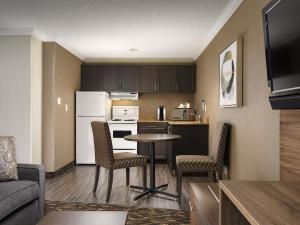A kitchen or kitchenette at BEST WESTERN PLUS Carlton Plaza Hotel