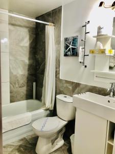 A bathroom at Hôtel Motel Le Beluga