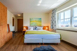 A bed or beds in a room at Hotel Neudeck