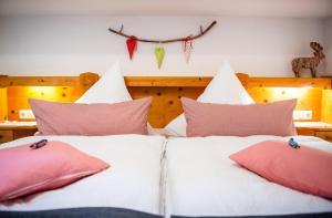 Ein Bett oder Betten in einem Zimmer der Unterkunft Ferienwohnung Bergfrieden