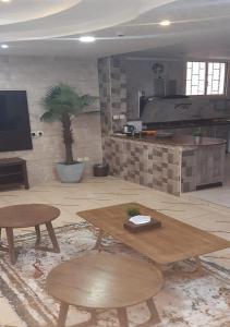 Uma área de estar em Al Dana Plaza Villas