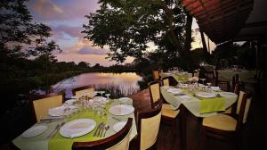 A restaurant or other place to eat at El Establo Mountain Hotel