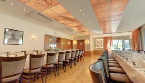 Ein Restaurant oder anderes Speiselokal in der Unterkunft Hotel Restaurant Thum