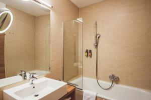 A bathroom at Heritage Hotel Hallstatt
