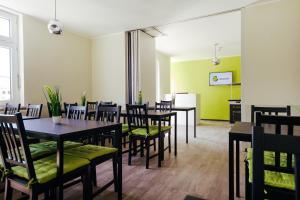 Ein Restaurant oder anderes Speiselokal in der Unterkunft Clubhostel