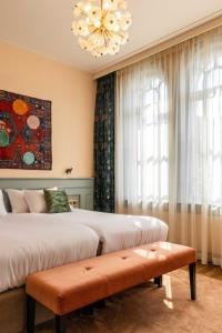 A bed or beds in a room at Hotel Mercier