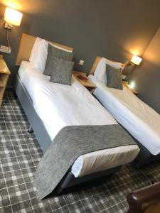 A bed or beds in a room at Devoncove Hotel Glasgow