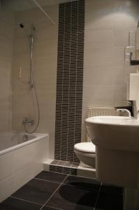 A bathroom at Le Régence