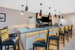 The lounge or bar area at La Quinta by Wyndham Houston North-Spring