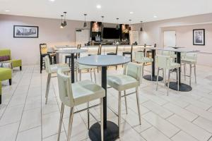 A restaurant or other place to eat at La Quinta by Wyndham Houston North-Spring