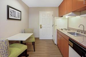 A kitchen or kitchenette at La Quinta by Wyndham Houston North-Spring