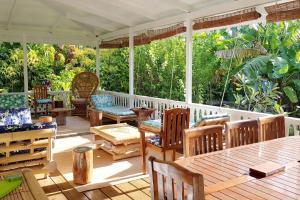 Um restaurante ou outro lugar para comer em Villa Iris