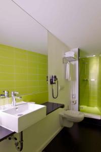 A bathroom at Hotel Gat Point Charlie