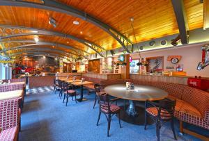 Ein Restaurant oder anderes Speiselokal in der Unterkunft Hotel Atrium am Meer