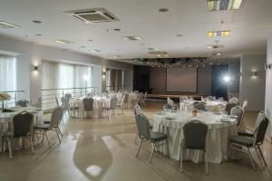 Un restaurante o sitio para comer en Marins Park Hotel Novosibirsk